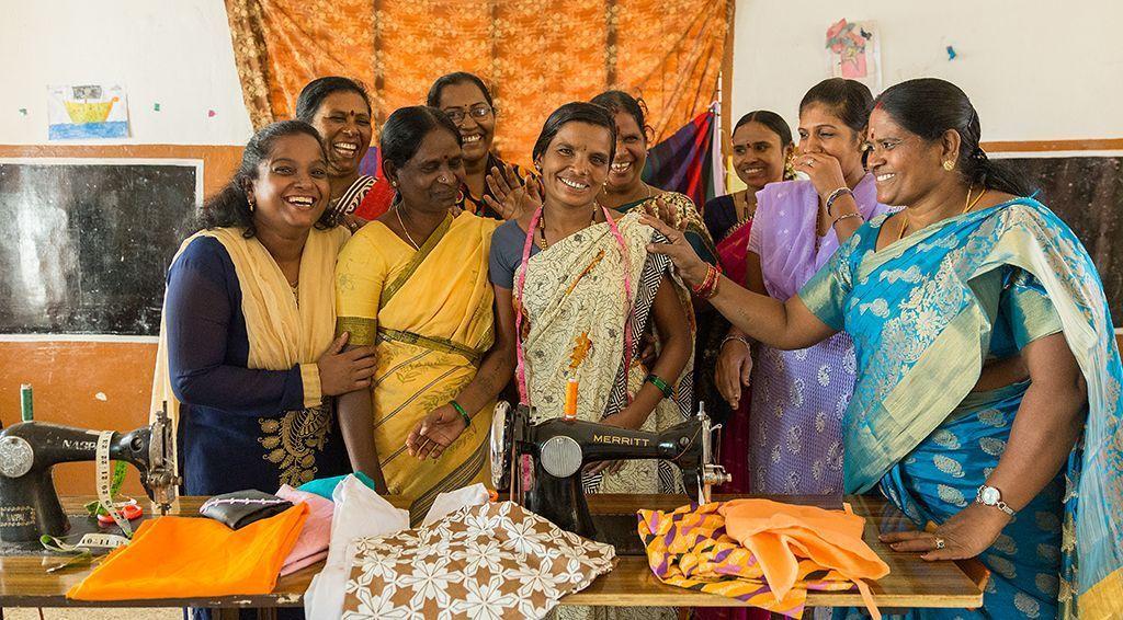 Ambika junto a su grupo de mujeres de la comunidad