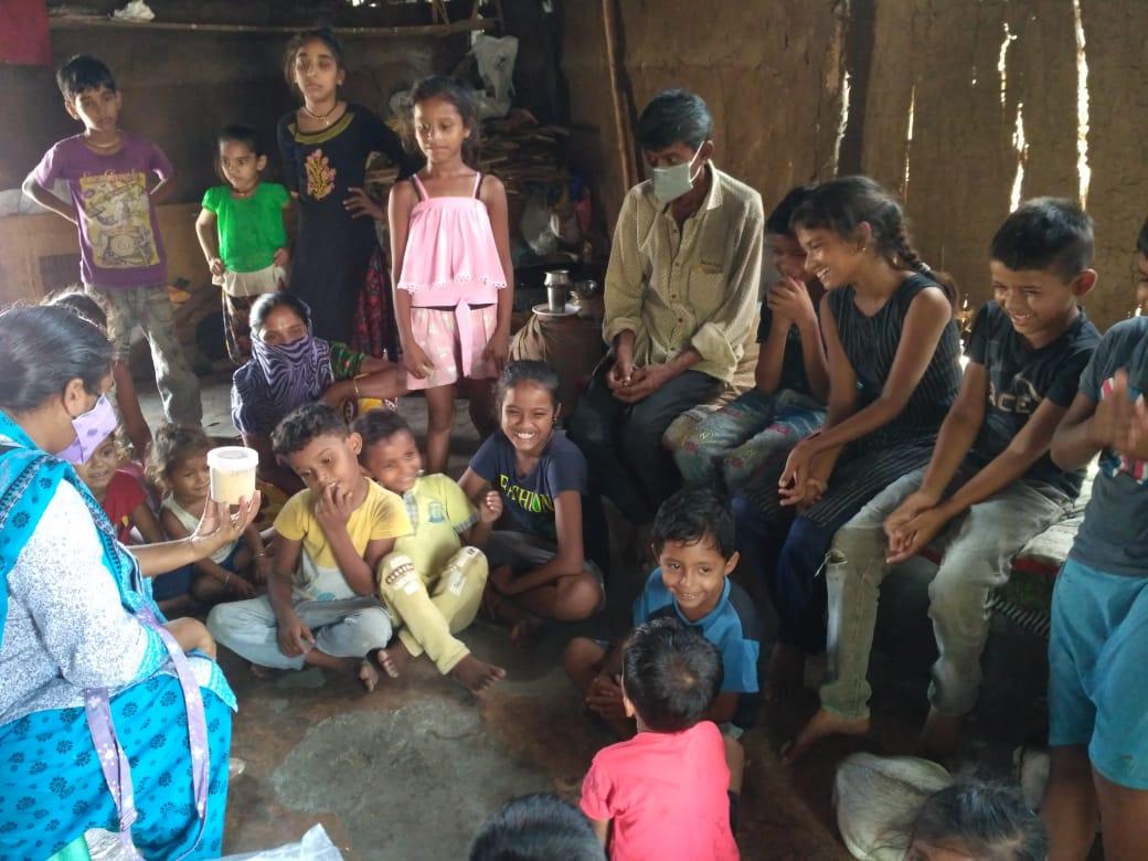 Los menores reciben alimentos, control sanitario y educación en el slum
